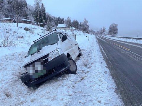 I GRØFTA: Denne bilen hamna utfor vegen på E39 i Jølster laurdag morgon.