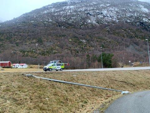 MEIA NED: Denne lyktestolpen på Håbakken vart meia ned då ein personbil køyrde av vegen laurdag.