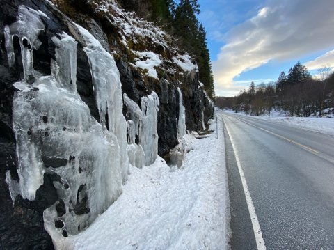 VARSLAR: Statens vegvesen varslar om at vêromslaget fører til at isen losnar. Bilistar bør vere ekstra observant på is i vegbana. Bildet er eit illustrasjonsbilde av istappar langs riksveg 5 i slutten av januar.