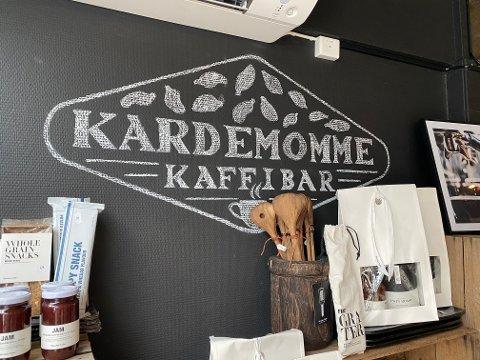 NAMNEKRØLL: Kaféar skal ikkje ha skjenkeløyve i Sunnfjord kommune. Men er Kardemomme Kaffibar ein kafé, ein bar eller ein restaurant? Dette vart det strid om då skjenkeløyvet skulle avgjerast.
