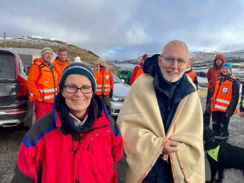 KALDE OG GLADE: Barbara og Jochen Kuhnen fekk ei tøff natt til tysdag, her er dei og leitemannskapet klare for returen ned frå Vikafjellet.