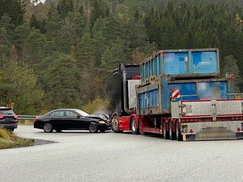 UVISST: Kva som gjorde at personbilen køyrde inn i traileren er førebels uvisst.