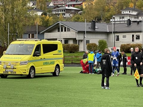 SKADE: Ein spelar på Førde sitt A-lag er skadd under laurdagens kamp mot Stryn. Spelaren blir henta med ambulanse, og det er bestilt nakkekrage.