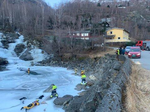 FULL AKSJON: Brannmannskap er på plass ved kulpen i Årdal. Dykkarar er på veg i helikopter.