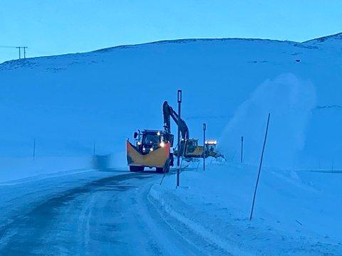 RYDDA: Snøfresen som ryddar riksvegen over Vikafjellet, køyrde seg fast måndag morgon. Dette biletet er frå snørydding av fjellet på fredag.