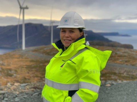 DRIFTSLEIAR: Anne Britt Hugøy er tilsett av SFE til å vere driftlseiar i Lutelandet Vindkraftverk, som er heileigd av SFE. Biltet er teke på Hennøy Vindpark.