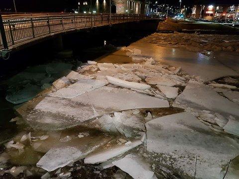 PROPP: Desse store isflaka inntil brupillarane er truleg hovudårsaka til isproppen. NVE trur den vil løyse seg med høgvatnet.