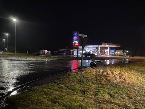 KRASJ: Ein lettsykkel og ein bil kolliderte ved Best-stasjonen i Naustdal tysdag kveld.