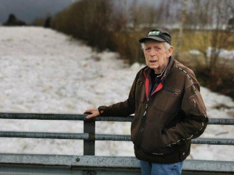 FORTVILA: Inge John Johnsen måtte berre sjå på at ismassane rann innover campingplassen hans.