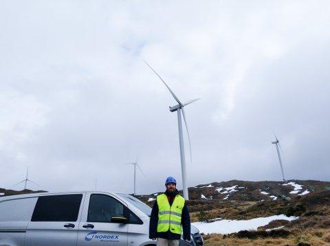 INGEN HØGDESKREKK: – Du bør ikkej ha høgdeskrekk, seier Joachim Torvund i Nordex. Vindmøllene er nemleg 154 meter høge. Her frå vindmølleparken på Midtfjell på Fitjar.