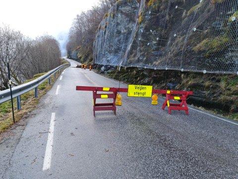 OPNAR ATT: Fylkesveg 609 blei stengd natt til søndag, etter eit steinras ved Løvika. No er det klart at ein slepp nattstenging i lang tid framover.