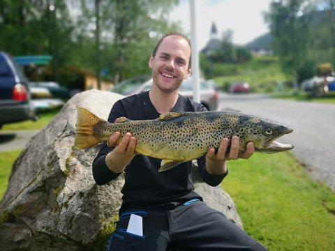 REKORDFISK: Lars Johannesen vann i klassa tyngste fisk på Jølster Aurefest fredagen i 2019, og sette ny rekord I konkurransen.