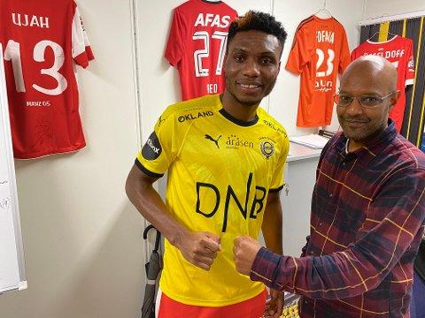 KLAR: Igoh Ogbu vart LSK-spelar førre veke. Her med sportssjef Simon Mesfin (t.h).