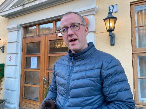 UVISS SMITTEKJELDE: Ordførar Arnstein Menes opplyser at det ikkje har blitt påvist tilfelle av den muterte virusvarianten i Balestrand. Likevel er smittekjelda framleis uviss.