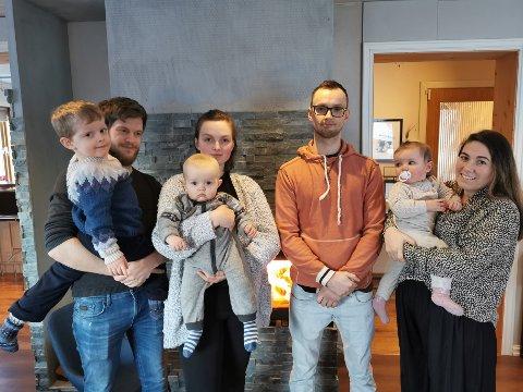 SKUFFA: Espen Vasset (yttarst til venstre) var blant foreldra som stod fram og sa dei kjente seg «lurte» av kommunen då dei stod utan barnehageplass. Når tilbodet kom, vart det langt frå gladmeldinga han hadde håpa på. F.v.: Espen Vasset, Marie Bygstad Vie (med Lia på armen), Markus Nærvik og Ingrid Valvik (med Leah på armen)