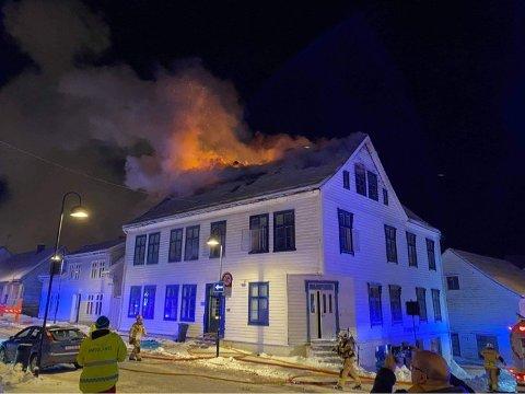 BLIR ETTERFORSKA: Brannvesenet er ferdig med sløkkinga, og huset blir no lufta ut. No går saka vidare til politiet for etterforsking.