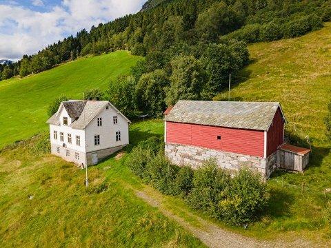 TIL SALS: Eit nedlagt småbruk på Årdalsbakke på Jølster er lagt ut for sal for andre gong.