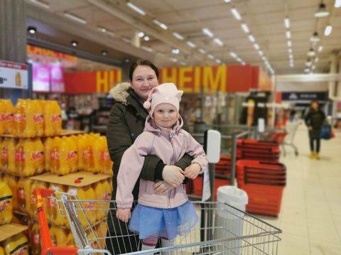 PÅSKEHANDELEN: Andrine Rørvik (35) frå Førde og dottera Johanna Ophelia Rørvik Bruland (4) var tidleg på plass i butikken laurdag morgon.