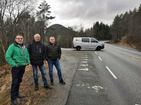 VIL BEHALDE KRYSSET: Leif Sygna, Arne Vik og Dag Gunnar Alværen sit i styret i Sygna grendalag. John Søgnen og Åse Søgnen sit og i styret, men var ikkje til stades då bildet vart tatt.
