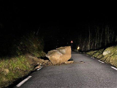 LOSNA: Natt til onsdag losna denne steinblokka og stengde fv. 611 mellom Redal og Helletunnelen i Sunnfjord kommune.