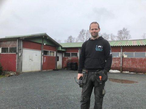 GIR VEKK: Bjørn Eirik Ask (31) gir vekk fjøsen bak han, og skal bruke plassen til å bygge ny garasje.