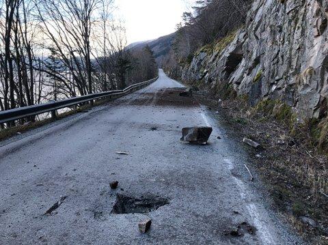 RAS: Fleire steinar dundra ned på fylkesvegen mellom Vangsnes og Feios torsdag.