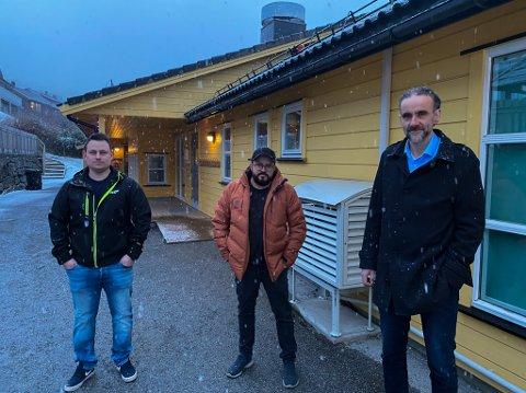 UNDERLEG: Slåttebakkane barnehage har ei avdeling som ikkje er i bruk. Samtidig manglar kommunen barnehageplass lokalt i Førde. Det synst Lasse Tefre (til venstre), John Carlo Helset og Atle Kristian Dahlgren Hornnes er merkeleg.