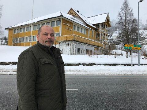 HAR SELT: Etter fleire år der han han prøvt å få til noko på Jølster Hotell, har Magne Støfring selt hotellet til Coop Nordvest. Dei ønsker å gjere det om til ein matbutikk.