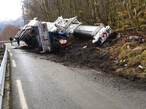 I GRØFTA: Mobilkranen ligg velta i grøfta, og sperrar vegen for trafikk.
