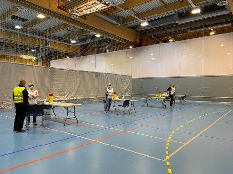 GÅR UNNA: No går vaksineringa i Sunnfjord kommune unna. Bilde er frå vaksinering i Førdehuset i april.
