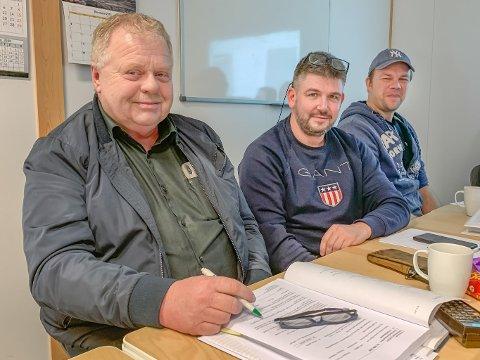 KLARE FOR E39: Håkon Birkeland (t.v.) får likevel jobben med veg- og tunnelbygging mellom Sande og Førde, her er sjefen fotografert saman med kollegaene Pål Børslid og Bjørn Erik Sleira.