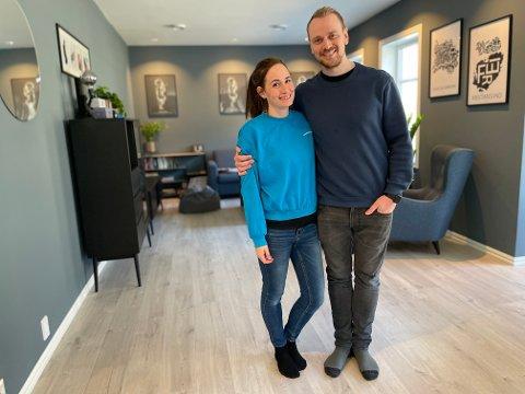 ROMSLEG: Marit Gjeldnes Kirkevold (32) og Torbjørn Kirkevold (37) har fått ei romsleg og stilfull stove i huset som stod klart rett før jul i 2019.