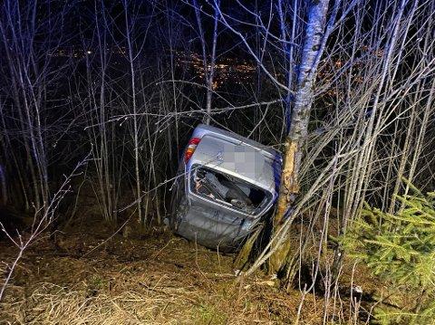 OPP NED: Bilen vart funnen på taket i ei skråning.