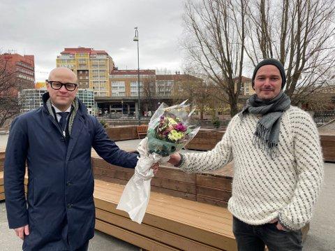 STIPEND: Tarjei Øvrebotten (t.h.) har tatt imot nynorskstipendet frå Noregs Mållag. Til venstre, Peder Lofnes Hauge, leiar i Noregs Mållag.