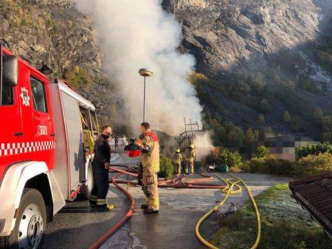 FRÅ BRANNEN: Slik såg det ut på staden etter at brannmannskapet var komne på plass. No er ein mann i 70-åra bøtelagd for aktløyse.