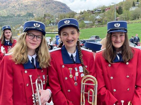 KORPS: Med kornett og trombone sette desse 17. mai-stemning på Vassenden. Frå venstre: Eirin Støfringsdal (15), Stina Kjos Sunde (16) og Heidi Kjos Sunde (12). Alle frå Vassenden.