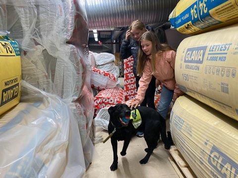 HJELPTE TIL: Martine (11) og Malin (12) hjelpte  til i øvinga. Dei  gøymde seg og venta tolmodig på at hundane skulle finne dei. Det var eit viktig bidrag, for redningshundane treng også å øve seg på å finne born.