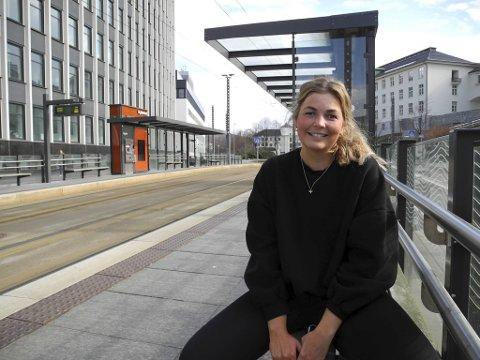 SJARMERT: Karoline Dragsund veIt ikkje heilt kva, men noko med den smilende medpassasjeren vekka så absolutt interessa.