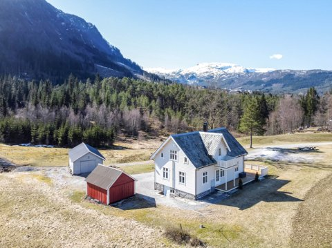 BODKRIG: Eit yngre par vann bodkrigen og kjøpte torsdag dette tømmerhuset på Legene på Sande.