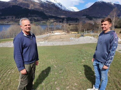 KAMP MOT STATEN: Nils Einar Kjøsnes og sonen Martin planlegg å bygge kårhus på garden på Kjøsnes i Jølster.