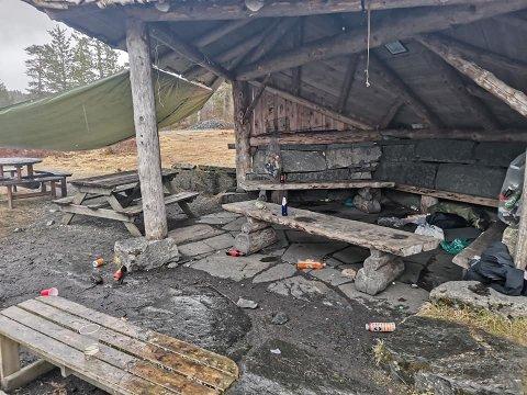 IKKJE KJEKT: Turgåaren som vart møtt av dette synet søndag vart frustrert. Det flaut av bos, flasker og boksar ved Gapahuken på Hundsrasta.