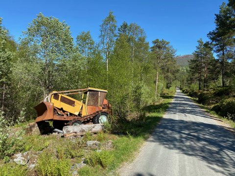 BLIKKFANG: I minst 44 år har denne bulldoseren stått ved Helgåsvegen i Naustdal.