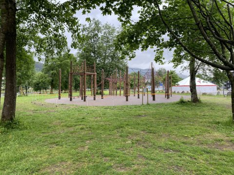STENGD: Klatreparken på Festplassen i Førde er stengd. I tekniskrapport kjem det fram at den har alvorlege avvik.