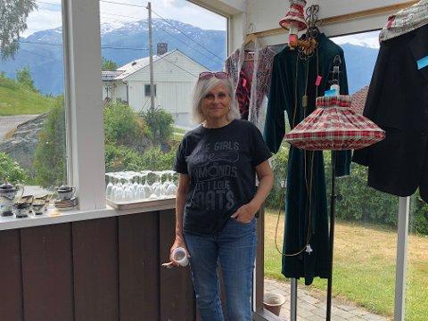 HEIME: Marit Risnes bur no i Hyllestad, men var i barndomsheimen på Leikanger for å vere med å selje unna litt av alt som er å finne der.