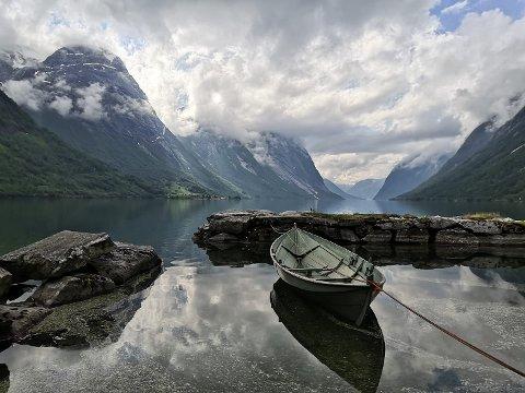 KAN BLI FINT: Til helga kan ein få opp til 20 grader, melder meteorologen. Her frå Lunde i Kjøsnesfjorden.