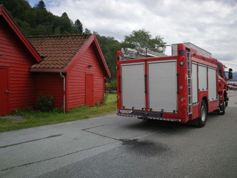 UKJENT OMFANG: Brannvesen og politi har rykt ut til Førde båthamn etter melding om røykutvikling.