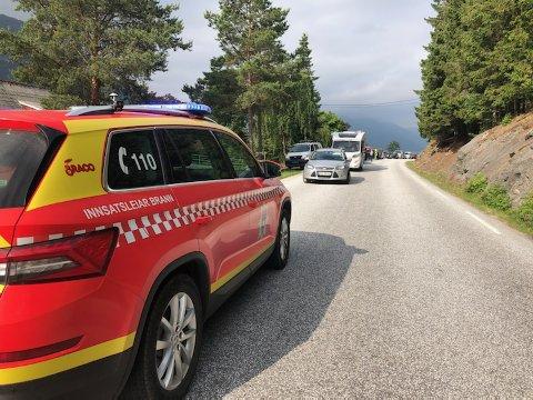 KØ: Det danna seg fort kø på begge sider av ulukkesstaden på Lomelde mellom Sogndal og Leikanger.