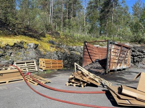 TOK FYR: Torsdag gjekk det føre seg ein kontrollert brenning i denne konteinaren. Eit glør frå denne har truleg treft skogen bak og deretter teke fyr.