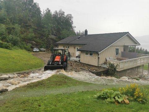 STORE VASSMENGDER: Det er store vassmengder rundt eit hus i Lavik i Høyanger kommune.