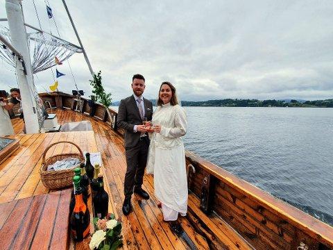 Tone Anette Elde og Jon-André Hakvåg gifta seg på ein litt annleis måte, midt ute i Hjelmåsvågen om bord på M/F «Sølvskjær».